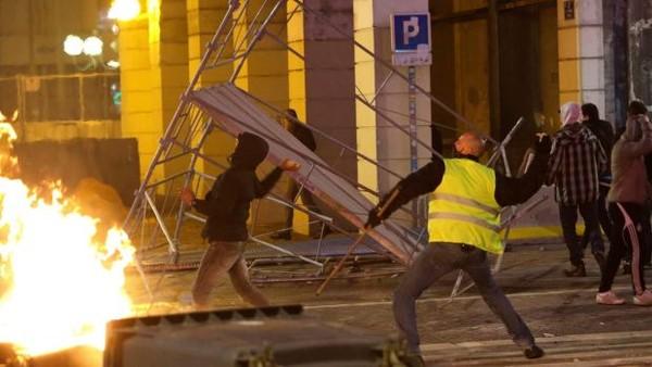 Người biểu tình xung đột với cảnh sát ở TP Marseille, miền Nam Pháp ngày 1-12. Ảnh: AP