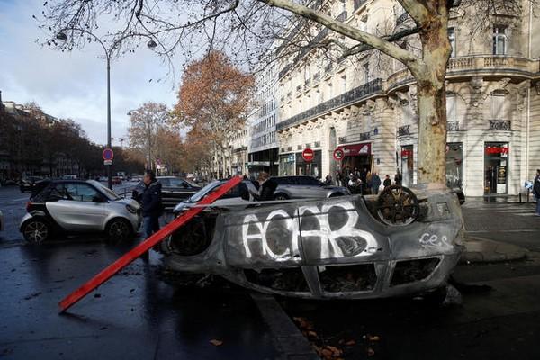 Xe bị phóng hỏa ở Paris, ngày 2-12. Ảnh: GETTY IMAGES