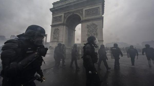 Cảnh sát đã bắt 10.000 loạt hơi cay vào người biểu tình. Ảnh: GETTY IMAGES