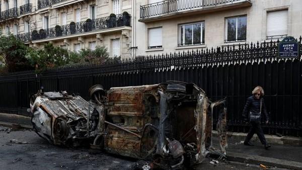 Xe bị phóng hỏa trong cuộc biểu tình. Ảnh: REUTERS
