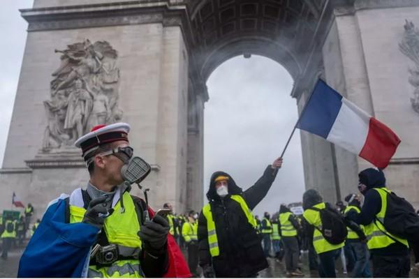 """Người biểu tình sẽ lại xuống đường vào cuối tuần này vì không chấp nhận """"dàn xếp vì những nhượng bộ nhỏ lẻ"""". Ảnh: GETTY IMAGES"""