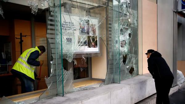 Một ngân hàng bị đập phá trong biểu tình tại Paris (Pháp) cuối tuần rồi. Ảnh: AP