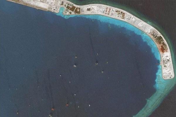 Hình ảnh vệ tinh cho thấy nhiều tàu cá  – phần lớn từ Trung Quốc hiện diện ở Đá Vành khăn thuộc quần đảo Trường Sa thuộc chủ quyền của Việt Nam ngày 19-6-2018. Ảnh: OSIS