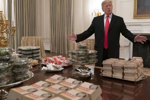 Tổng thống Mỹ Donald Trump trong bữa tiệc thức ăn nhanh tại Nhà Trắng tối 15-1. Ảnh: GETTY IMAGES