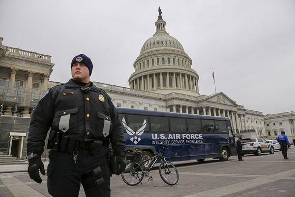 Một chiếc xe buýt của Không quân Mỹ đậu ở trước trụ sở Quốc hội, sau khi Tổng thống Donald Trump ra quyết định hủy chuyến công du nước ngoài bằng máy bay quân sự của Chủ tịch Hạ viện Nancy Pelosi giữa tuần rồi. Ảnh: AP