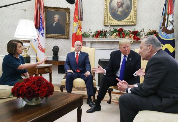 Chủ tịch Hạ viện Nancy Pelosi (trái) trong lần tranh luận về chuyện chi tiền xây tường biên giới với Tổng thống Mỹ Donald Trump (thứ hai từ phải sang) tháng 12-2018. Ảnh: CHICAGO SUN TIMES