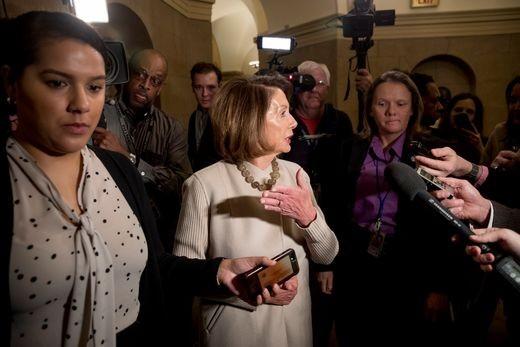Chủ tịch Quốc hội Mỹ Nancy Pelosi đến trụ sở Quốc hội ngày 25-1, ngày Mỹ tạm mở cửa lại chính phủ. Ảnh: AP