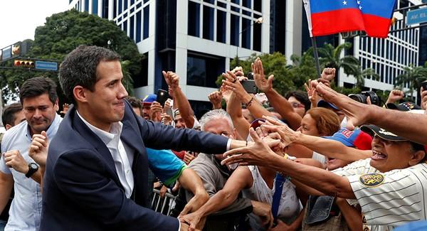 Tổng thống lâm thời tự xưng Juan Guaido (trái) bị cấm rời khỏi Venezuela. Ảnh: REUTERS