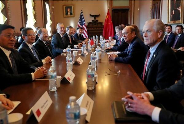 Phái đoàn Mỹ (phải) và phái đoàn Trung Quốc bắt đầu vòng đàm phán thương mại quan trọng tại Nhà Trắng ngày 30-1. Ảnh: REUTERS