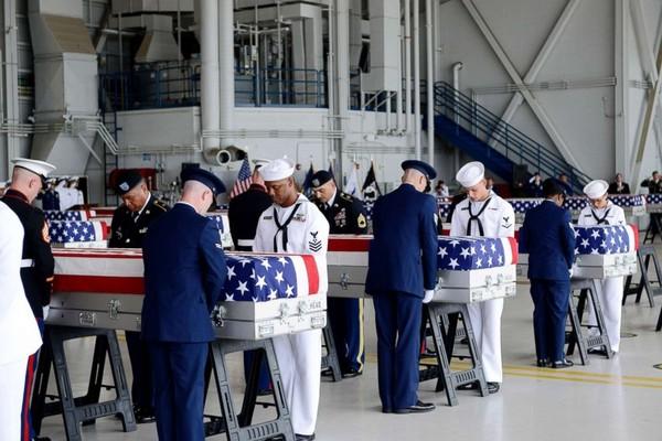 Vệ binh danh dự Mỹ mang di hài lính Mỹ được Triều Tiên trao trả, tại căn cứ liên hợp Trân Châu Cảng-Hickam, TP Honolulu, Hawaii (Mỹ) ngày 1-8-2018. Ảnh: AP