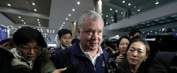 Đặc phái viên Mỹ về Triều Tiên Stephen Biegun (giữa) gặp báo chí tại sân bay quốc tế Incheon (Hàn Quốc) ngày 3-2. Ảnh: AP