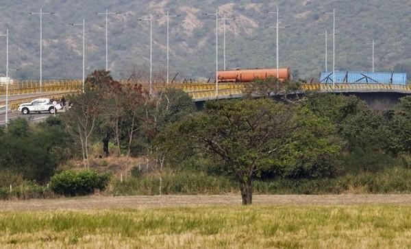 Cây cầu Tienditas ở tỉnh Cucutas (Colombia) nối biên giới Venezuela bị phong tỏa. Ảnh: REUTERS