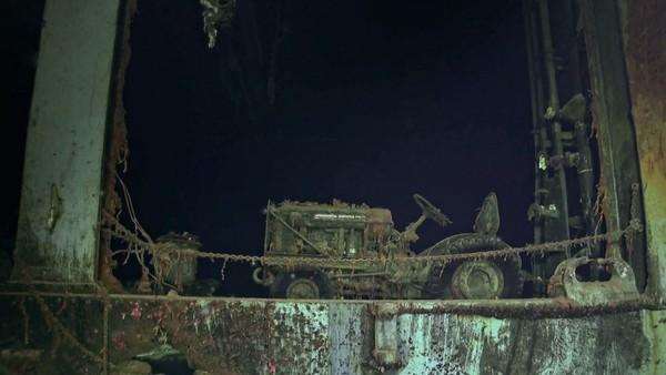 Máy kéo International Harvester trên xác tàu USS Hornet. Ảnh: FOX NEWS