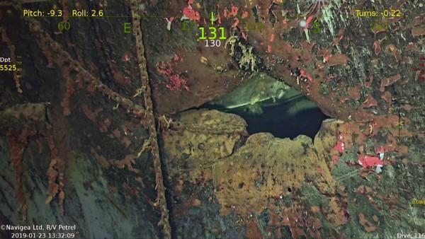 Thân tàu USS Hornet bị hư hỏng nặng. Ảnh: FOX NEWS