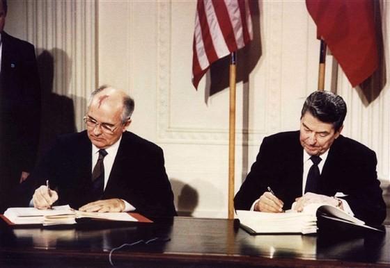 Tổng thống Mỹ Ronald Reagan (phải) và Lãnh đạo Liên bang Xô Viết Mikhail Gorbachev ký Hiệp ước INF tại Nhà Trắng ngày 8-12-1987, nhằm giảm đe dọa chiến tranh hạt nhân ở châu Âu. Ảnh: REUTERS