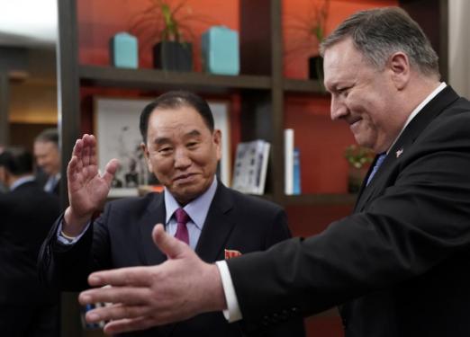 Ngoại trưởng Mỹ Mike Pompeo (phải) tiếp Phó Chủ tịch Đảng Lao động Triều Tiên Kim Yong-chol – dẫn đầu phái đoàn ngoại giao Triều Tiên trong cuộc đàm phán hạt nhân với Mỹ - tại thủ đô Washington (Mỹ) ngày 18-1. Ảnh: REUTERS