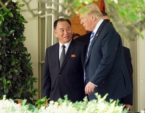 Tổng thống Mỹ Donald Trump (phải) trong một lần tiếp Phó Chủ tịch Đảng Lao động Triều Tiên Kim Yong-chol (trái) tại Nhà Trắng. Ảnh: REUTERS