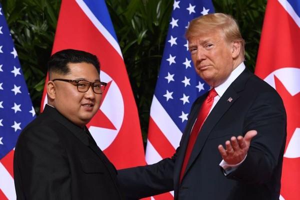 Tổng thống Mỹ Donald Trump và lãnh đạo Triều Tiên Kim Jong-un trong cuộc gặp thượng đỉnh đầu tiên ở khách sạn Capella (Singapore) ngày 12-6-2018. Ảnh: REUTERS