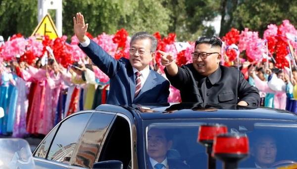 Tổng thống Hàn Quốc Moon Jae-in (trên xe, trái) sang Bình Nhưỡng gặp thượng đỉnh lần ba với lãnh đạo Triều Tiên Kim Jong-un (trên xe, phải) vào tháng 9-2018. Ảnh: REUTERS