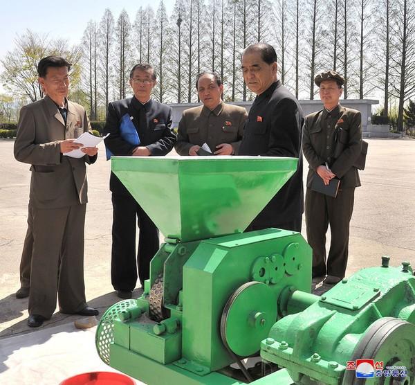 Thủ tướng Triều Tiên Park Pong-ju (giữa) thăm Viện Nghiên cứu Nông nghiệp Triều Tiên ngày 25-4-2018. Ảnh: KCNA