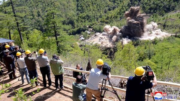 Triều Tiên phá hủy một số đường hầm và tòa nhà tại điểm thử hạt nhân Punggye-ri, có sự quan sát của các nhà báo quốc tế vào tháng 5-2018, trước thời điểm diễn ra thượng đỉnh Trump-Kim lần một. Ảnh: REUTERS