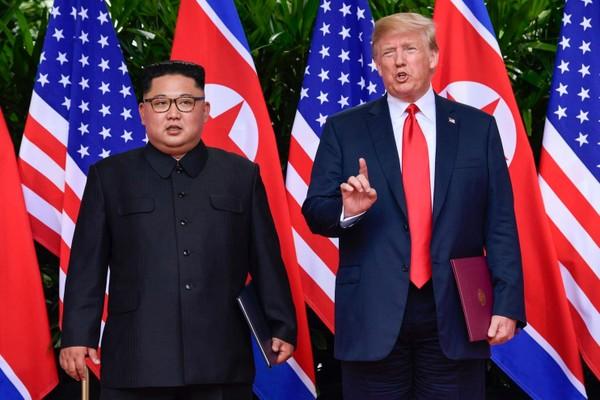 Tổng thống Mỹ Donald Trump (phải) và lãnh đạo Triều Tiên Kim Jong-un gặp thượng đỉnh lần một tại Singapore năm ngoái. Ảnh: AP