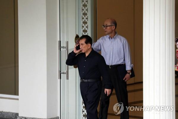 Ông Kim Chang-son (trái) - được xem như Chánh văn phòng của ông Kim Jong-un, và ông Pak Chol rời nhà khách chính phủ ở Hà Nội ngày 24-2. Ảnh: YONHAP