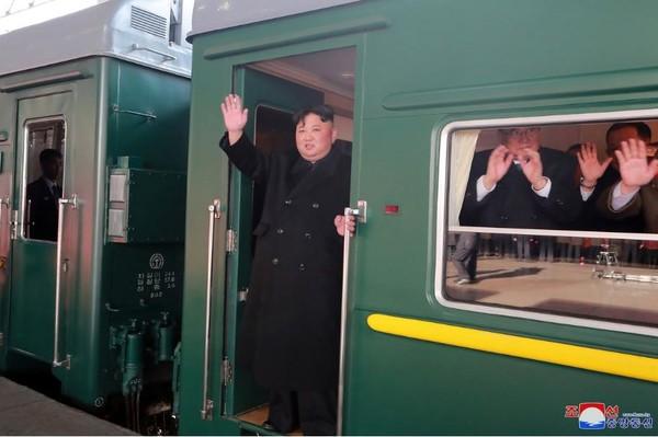 Hình ảnh lãnh đạo Triều Tiên Kim Jong-un đứng trên tàu vẫy chào trước khi tàu rời thủ đô Bình Nhưỡng sang Việt Nam, ngày 23-2. Ảnh: KCNA