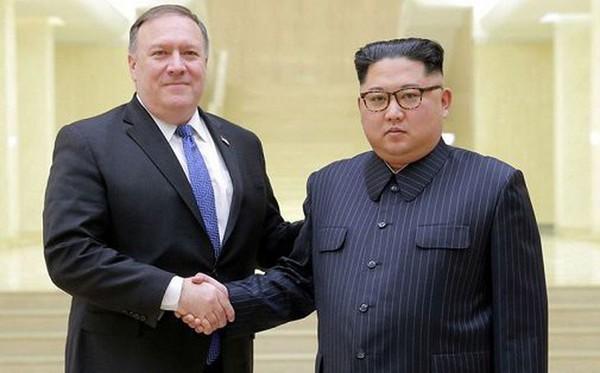 Lãnh đạo Triều Tiên Kim Jong-un (phải) trong một lần đón tiếp Ngoại trưởng Mỹ Mike Pompeo tới Bình Nhưỡng. Ảnh: NHÀ TRẮNG