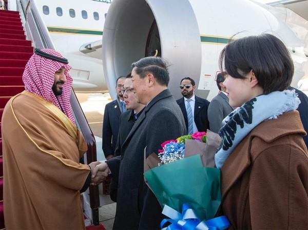 Thái tử Mohammed bin Salman được đón tiếp tại sân bay khi đến Trung Quốc. Ảnh: TWITTER