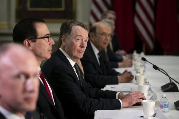 Đại diện Thương mại Mỹ Robert Lighthizer (giữa) dẫn đầu phái đoàn Mỹ đàm phán thương mại với phía Trung Quốc tại thủ đô Washington (Mỹ) ngày 21-2. Ảnh: BLOOMBERG