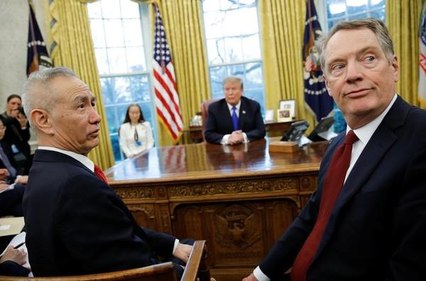 Tổng thống Mỹ Donald Trump (giữa) trong cuộc gặp với Đại diện Thương mại Mỹ Robert Lighthizer (phải) và Phó Thủ tướng Trung Quốc Lưu Hạc (trái) tại phòng Bầu dục ở Nhà Trắng ngày 22-2. Ảnh: REUTERS
