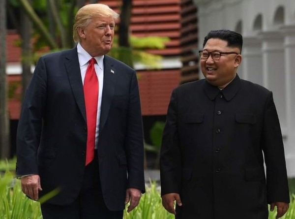 """Hai lãnh đạo Mỹ (trái) và Triều Tiên (phải) trong cuộc gặp thượng đỉnh lần một ở Singapore năm ngoái. Triều Tiên nói ông Trump đừng bỏ qua """"cơ hội lịch sử hiếm hoi"""". Ảnh: AFP"""