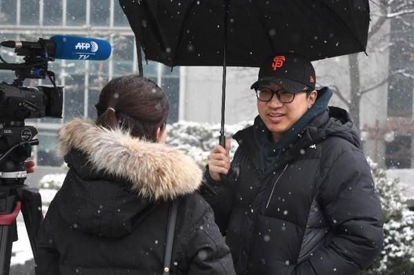 Choi Ji-seung, 29 tuổi, cho rằng chính thức chấm dứt chiến tranh Triều Tiên sẽ mang lại hiệu quả tích cực với kinh tế Hàn Quốc. Ảnh: AFP