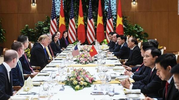 Tổng thống Mỹ Donald Trump và phái đoàn Mỹ (trái) ăn trưa cùng Thủ tướng Nguyễn Xuân Phúc và phái đoàn Việt Nam. Ảnh: CNN
