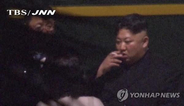 Hình ảnh lãnh đạo Triều Tiên Kim Jong-un xuống tàu hút thuốc ở một nhà ga Trung Quốc được kênh truyền hình TBS (Nhật) quay lại. Ảnh: YONHAP