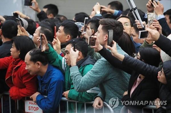 Người dân Hà Nội chờ đón lãnh đạo Triều Tiên Kim Jong-un trước khách sạn Melia ở Hà Nội ngày 26-2. Ảnh: YONHAP