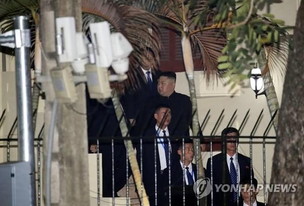 Lãnh đạo Triều Tiên Kim Jong-un rời Đại sứ quán Triều Tiên ở Hà Nội chiều tối 26-2. Ảnh: YONHAP