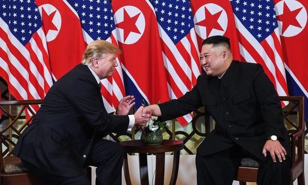Tổng thống Mỹ Donald Trump (trái) và lãnh đạo Triều Tiên Kim Jong-un (phải) gặp nhau tối qua 27-2. Ảnh: GETTY IMAGES