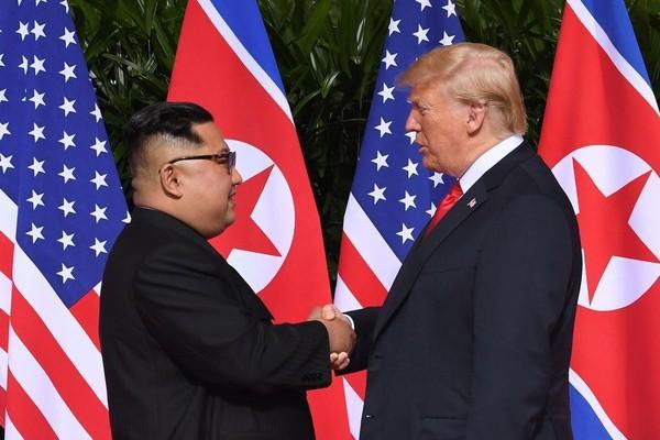 Lãnh đạo Triều Tiên Kim Jong-un (trái) và Tổng thống Mỹ Donald Trump bắt tay nhau trong kỳ thượng đỉnh đầu tiên ở Singapore. Ảnh: GETTY IMAGES