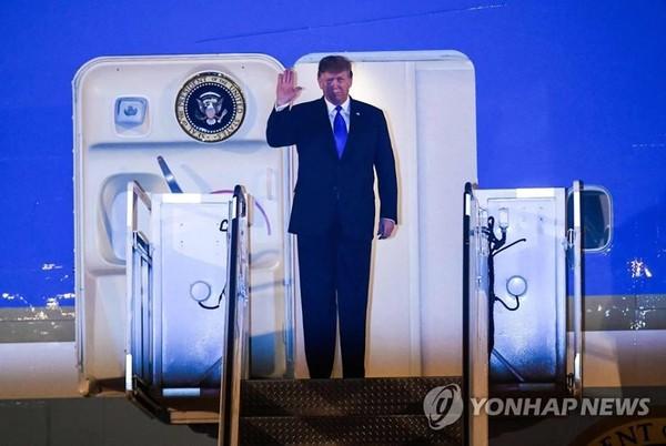 Tổng thống Mỹ Donald Trump vẫy chào khi chiếc Không lực Một chở ông hạ cánh xuống sân bay quốc tế Nội Bài tối 26-2. YONHAP