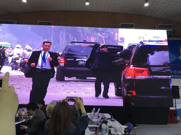 Ông Kim Jong-un lên xe rời khách sạn Sofitel Legend Metropole trưa nay. Ảnh: TWITTER