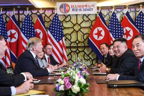 Tổng thống Mỹ Donald Trump và lãnh đạo CHDCND Triều Tiên Kim Jong-un và hai phái đoàn quan chức họp mở rộng sáng nay. Ảnh: GETTY IMAGES
