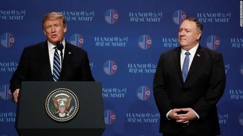 Tổng thống Mỹ Donald Trump và Ngoại trưởng Mỹ Mike Pompeo trong cuộc họp báo chiều nay, sau khi không đạt thỏa thuận với phía Triều Tiên. Ảnh: CNN