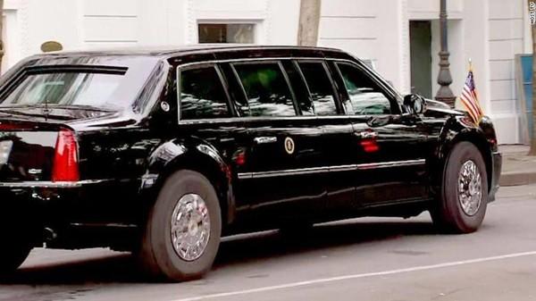 Xe chở ông Trump rời khách sạn Sofitel Legend Metropole trưa nay. Ảnh: CNN