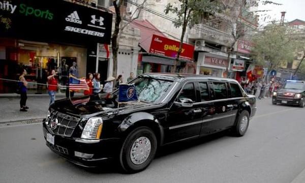 Xe chở Tổng thống Mỹ Donald Trump rời khách sạn Sofitel Legend Metropole chiều 28-2, sau khi hai phái đoàn bỏ qua bữa ăn trưa và lễ ký tuyên bố chung. Ảnh: EPA