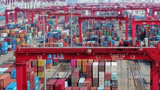 Hàng hóa tại cảng Thanh Đảo, tỉnh Sơn Đông (Trung Quốc) tháng 11-2018. Trung Quốc nói rõ việc Mỹ nhanh chóng dỡ bỏ thuế quan đánh lên 200 tỉ USD hàng Trung Quốc rất cần thiết để hai bên tiến đến thỏa thuận. Ảnh: GETTY IMAGES
