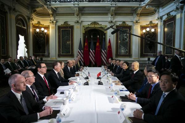 Hai phái đoàn đàm phán thương mại Mỹ (trái) và Trung Quốc gặp nhau tại thủ đô Washington (Mỹ) ngày 21-2. Ảnh: BLOOMBERG