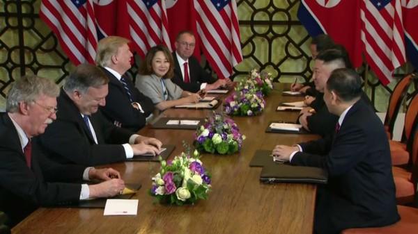 Cố vấn an ninh quốc gia Mỹ John Bolton (ngoài cùng bên trái) có mặt trong phái đoàn Mỹ đàm phán với phía Triều Tiên tại kỳ gặp thượng đỉnh Mỹ-Triều lần thứ hai ở Hà Nội ngày 28-2. Ảnh: CNN