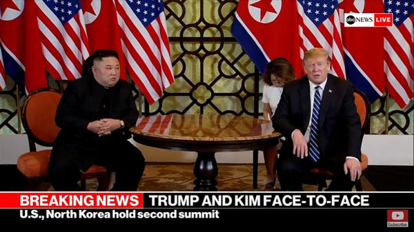 Tổng thống Mỹ Donald Trump và lãnh đạo Triều Tiên Kim Jong-un trong kỳ thượng đỉnh thứ hai ở Hà Nội ngày 28-2. Ảnh: chụp từ màn hình ABC NEWS